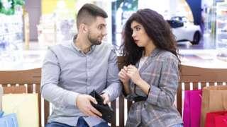 Homem abre carteira sem dinheiro e mostra à mulher