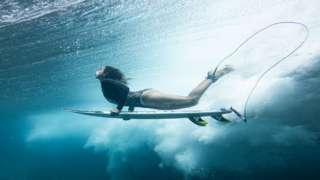 Maya Gabeira fotografada debaixo d'água durante uma sessão de surfe
