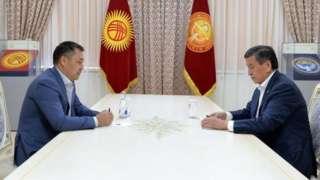 Cumhurbaşkanı Ceenbekov (sağda) parlamentonun başbakanlığa seçtiği Caparov'u (solda) atamayı reddetti