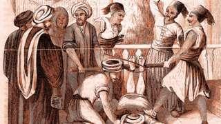 """Grabado que representa a un grupo de hombres que golpean las plantas de los pies de un hombre que está tirado en el suelo, con las piernas atadas a un pedazo de madera, titulado """"El Bastinado"""""""