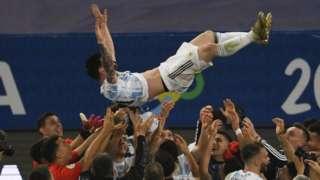 Abakinyi bagenziwe ba Messi bamuterera mu kirere bongera bamusama mu kwigina intsinzi