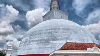 Саквала Чакраја се тумачи као космолошка карта, звездана карија и архитектонски нацрт