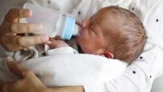 Младенец с бутылкой