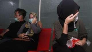 Un grupo de familiares en el destino previsto esperan ansiosos más noticias sobre el vuelo.