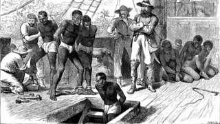 非洲西岸某港口白人奴隶贩子把被抓获黑人赶进船舱准备起航到美洲(约1880年)