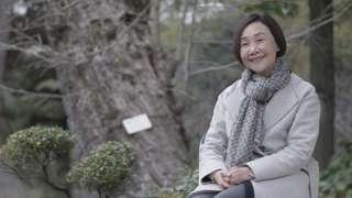 Tomoko Watanabe junto al gingko de tres siglos en el jardín de Shukkeien