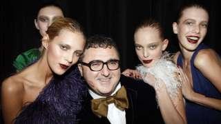 Альбер Эльбаз со своими моделями за кулисами модного показа Lanvin во Франции. 2007 год