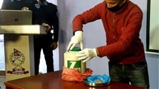 युरेनीअम भनिएको पदार्थ सार्वजनिक गर्दै नेपाल प्रहरी