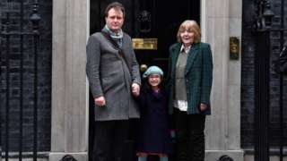 ریچارد رتکلیف، همسر نازنین زاغری امروز به همراه دختر پنج ساله اش گابریلا و مادرش در مقر نخست وزیر حاضر شد