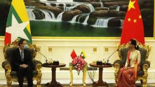တရုတ်ကွန်မြူနစ်ပါတီ ဗဟိုကော်မတီ ပြည်ပရေးရာလုပ်ငန်းကော်မရှင်ရုံးဥက္ကဋ္ဌ မစ္စတာရန်ကျဲ့ချိ နိုင်ငံတော်ရဲ့ အတိုင်ပင်ခံပုဂ္ဂိုလ် ဒေါ်အောင်ဆန်းစုကြည်နဲ့ နှစ်ဦးတည်း သီးခြား နာရီဝက်ခန့် တွေ့ဆုံ