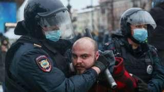 Policías rusos deteniendo a un manifestante.