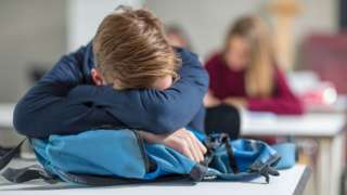 Adolescente dormindo na aula