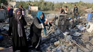Palestinian women at site of Israeli air strike in Gaza (14/11/19)