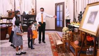 พล.อ. ประยุทธ์ จันทร์โอชา สวมบทไกด์นำเด็ก ๆ ทัวร์ทำเนียบฯ