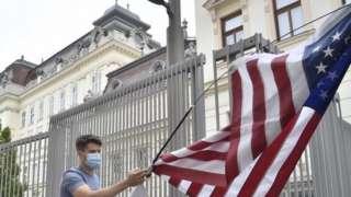 Демонстрант около посольства США в Вене