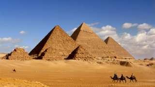 La Gran Pirámide de Guiza (a la derecha)