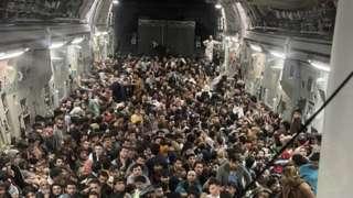 Избеглице из Авганистана у америчком авиону за евакуацију