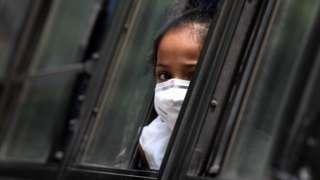 Menina em isolamento na Índia