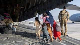 Abagenzi burira indege yo mu bwoko bwa C-17 Globemaster ku kibuga cy'indege cya Kabul