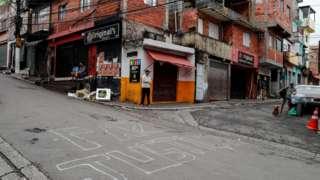 Moradores em ruas da favela de Paraisópolis, a segunda maior de SP