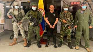 Armed Colombian soldiers show handcuffed drug lord Dairo Antonio Úsuga, known as Otoniel (centre). Photo: 23 October 2021