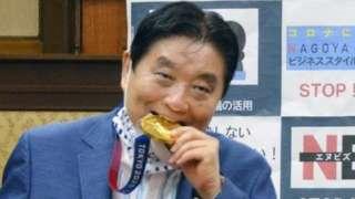 Tokyo Olympics: उत्साही महापौरांनी चावलं थेट गोल्ड मेडल आणि...