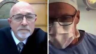 Juiz Gary Link e médico Scott Green durante a transmissão da audiência