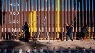 En Tijuana un grupo pinta el gráfico de las estadísticas de migrantes muertos en la frontera con Estados Unidos