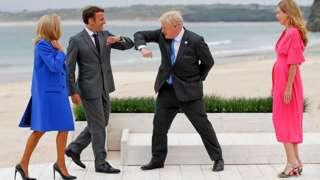 Борис Джонсон та Еммануель Макрон привіталися ліктями на самміті G7