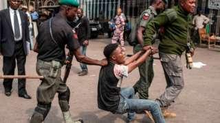 Police officers dey drag suspected criminals
