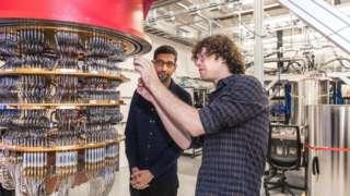 Cientista Daniel Sank mostra a Sundar Pichai um dos computadores quânticos do laboratório de Santa Bárbara