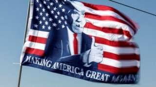 Bandeira com Donald Trump