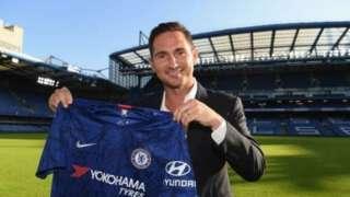 Frank Lampard dey hold jersey