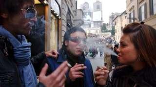 sigara içen gençler