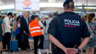 полицейский в аэропорту Барселоны