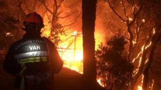 Vatrogasac gasi plamen koji je izbio u mestu Kogolin u francuskoj regiji Var