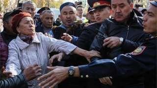 Кытайдын саясатына каршы митингдин катышуучуларын полиция кармап жатат. 2019-жыл, 26-октябрь, Алматы