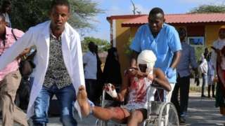 폭발 직후 한 시민이 부상자를 병원으로 옮기고 있다