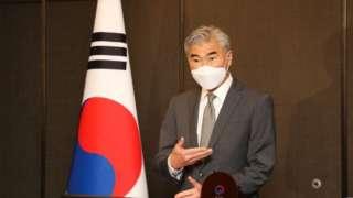 성 김 미국 대북특별대표가 23일 서울에서 한미 북핵수석대표 협의를 마치고 결과 발표를 하고 있다