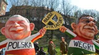 Демонстрация с куклами лидера ПиС Ярослава Качиньского и премьера Венгрии Виктора Орбана в Кракове