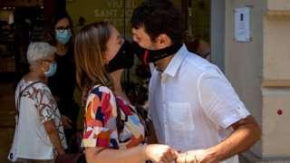 바르셀로나에서 마스크를 쓰고 입맞춤을 하는 커플