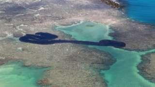 Foto aérea mostra mancha de óleo em meio a recifes e águas cristalinas de Maragogi