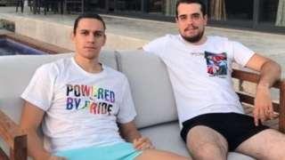 Taylan Antalyalı'nın giydiği tişört Puma'nın LGBTİ+'lara destek veren Out Foundation adlı vakıf ile birlikte ürettiği koleksiyonda yer alıyor