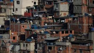 Casas em favela no Brasil