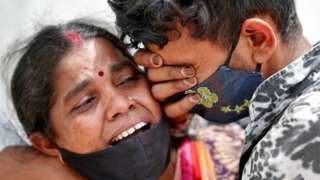 سيدة تبكي على وفاة أحد الأشخاص بسبب الإصابة بفيروس كورونا