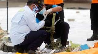 ပျောက်ဆုံးနေတဲ့ လေယာဉ်ကိုယ်ထည်က အစိတ်အပိုင်းလို့ ယူဆရတဲ့ အရာကို ရှာဖွေတွေ့ထား