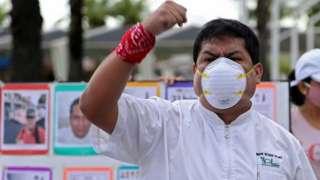 Médico peruano participa de um protesto nas ruas em Lima sobre as condições de trabalho