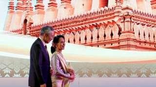ออง ซาน ซู จี เดินกับ นายกรัฐมนตรีลี เซียน ลุง ช่วงร่วมประชุมสุดยอดอาเซียน 6 ก.ย. 2016