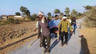 7 Km दूर अस्पताल, पैदल रिश्तेदारों की खाट पर कराहती प्रेग्नेंट सुरजी की मौत