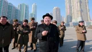Kim Jong-un oo isaga oo socda Sigaar cabbayada